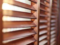 Come pulire le finestre e le persiane di legno
